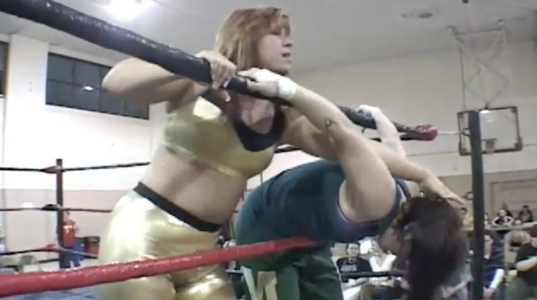 Lexie Fyfe vs. Mickie Knuckles